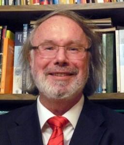 Jürgen Marek vor einer Bücherwand